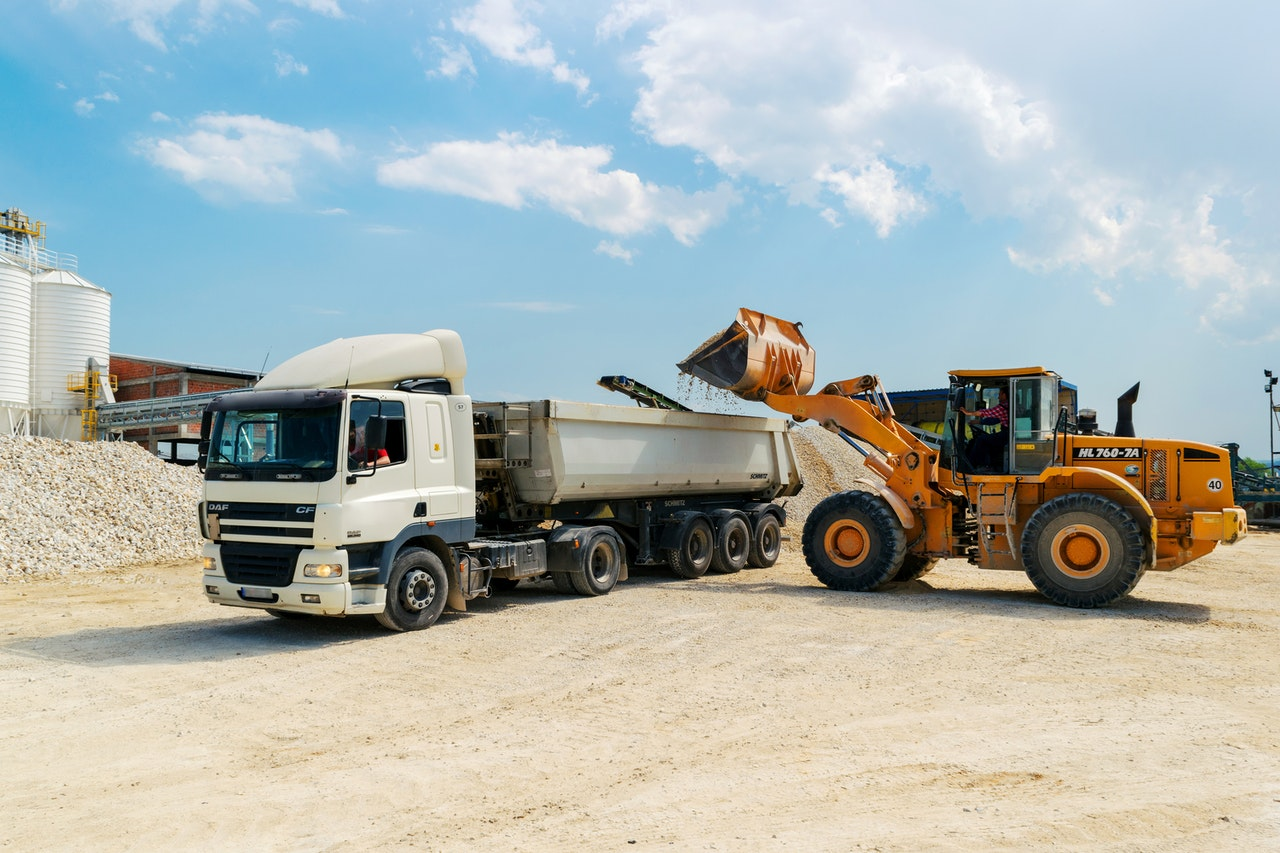 Przewóz na budowie – problem z VAT (odwrotne obciążenie czy zasady ogólne)